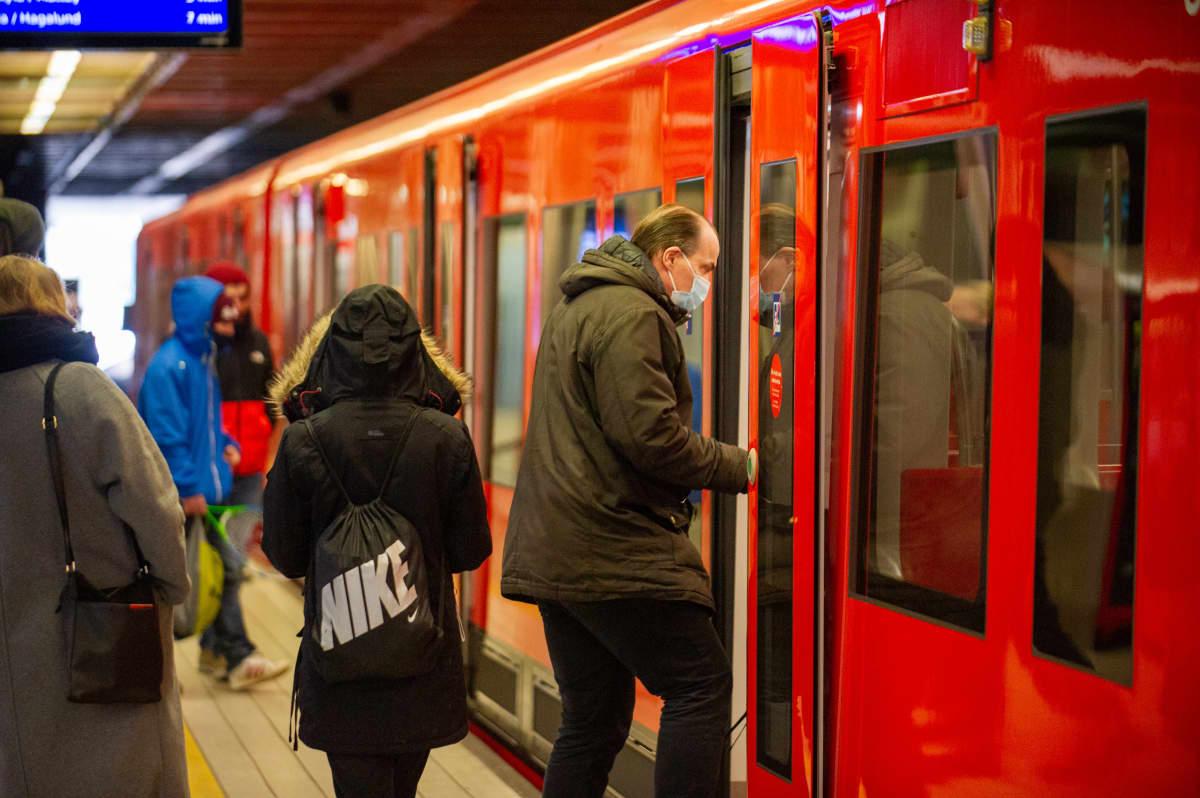 Matkustajat Herttoniemen metroasella.25.3.2021.