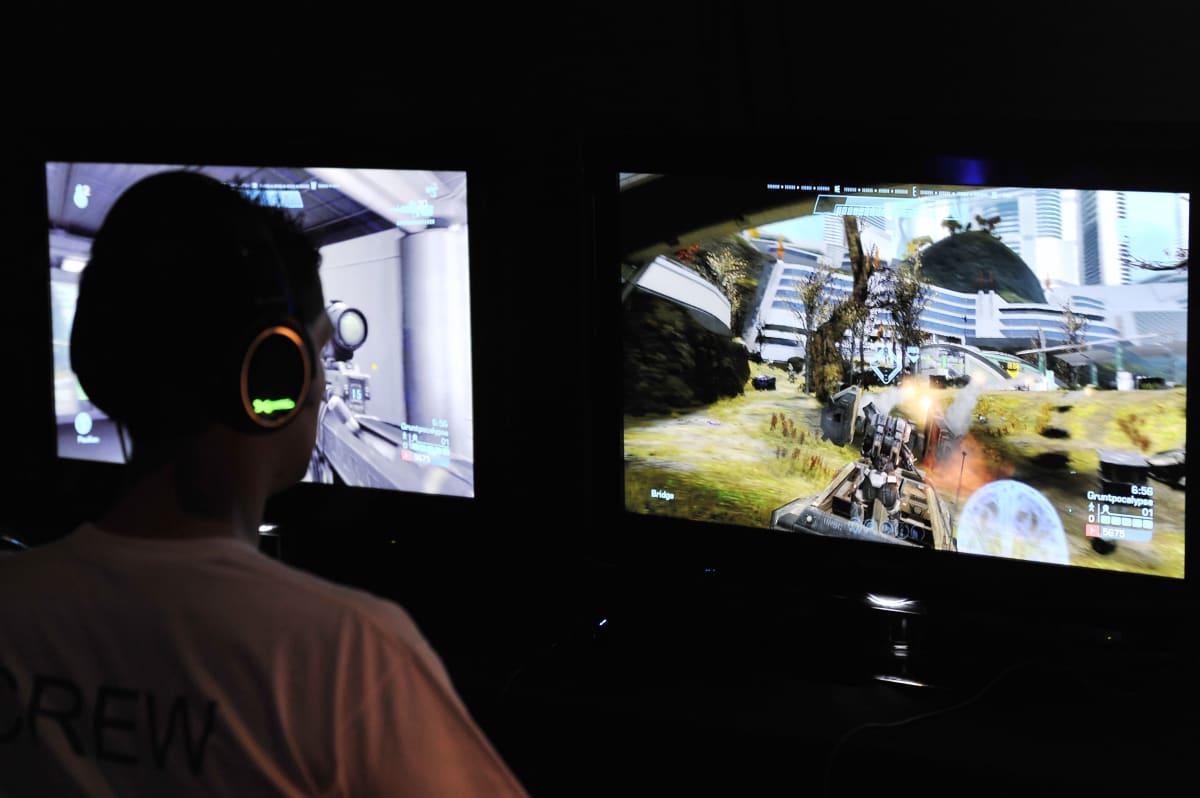 360 Halo reach Elite Spartan videopelin pelaaja ruutujensa ääressä.
