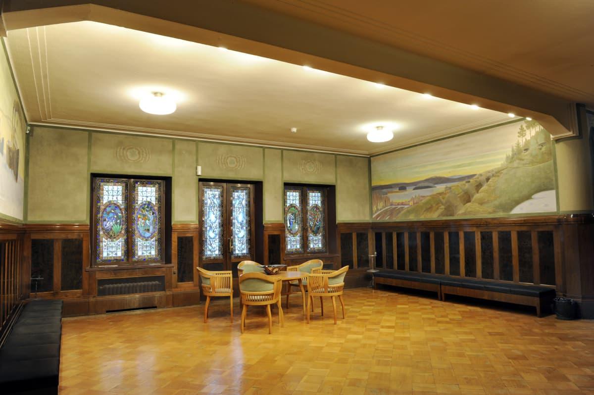 Kymin entisen ammattikoulun lämpiön lasimaalaukset ovat Eric O W Ehrströmin suunnittelemat