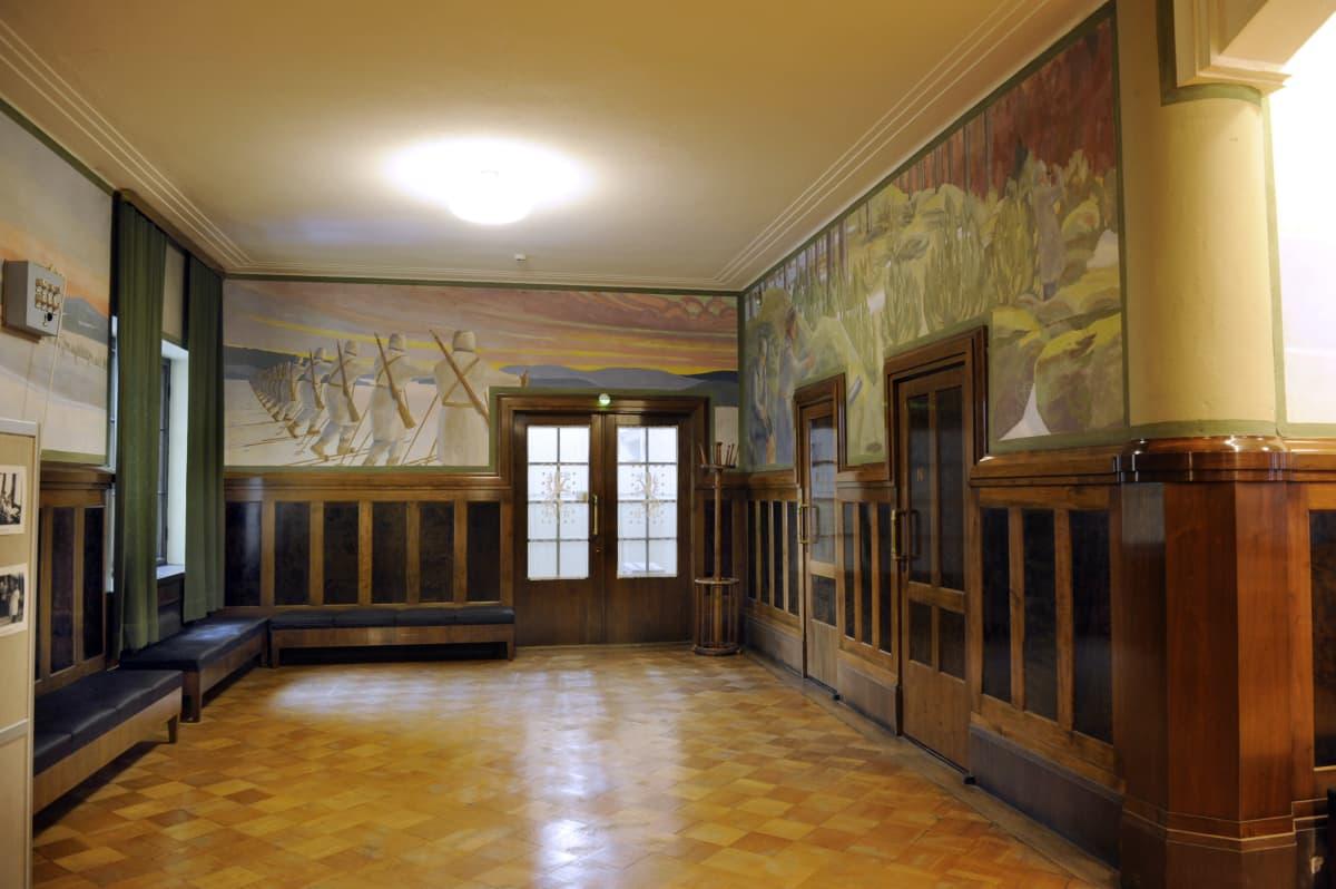 Kymin entisen ammattikoulun lämpiön seiniä kiertää kahdeksan Vapaussota-aiheista freskoa, jotka on suunnitellut Eric O W Ehrström