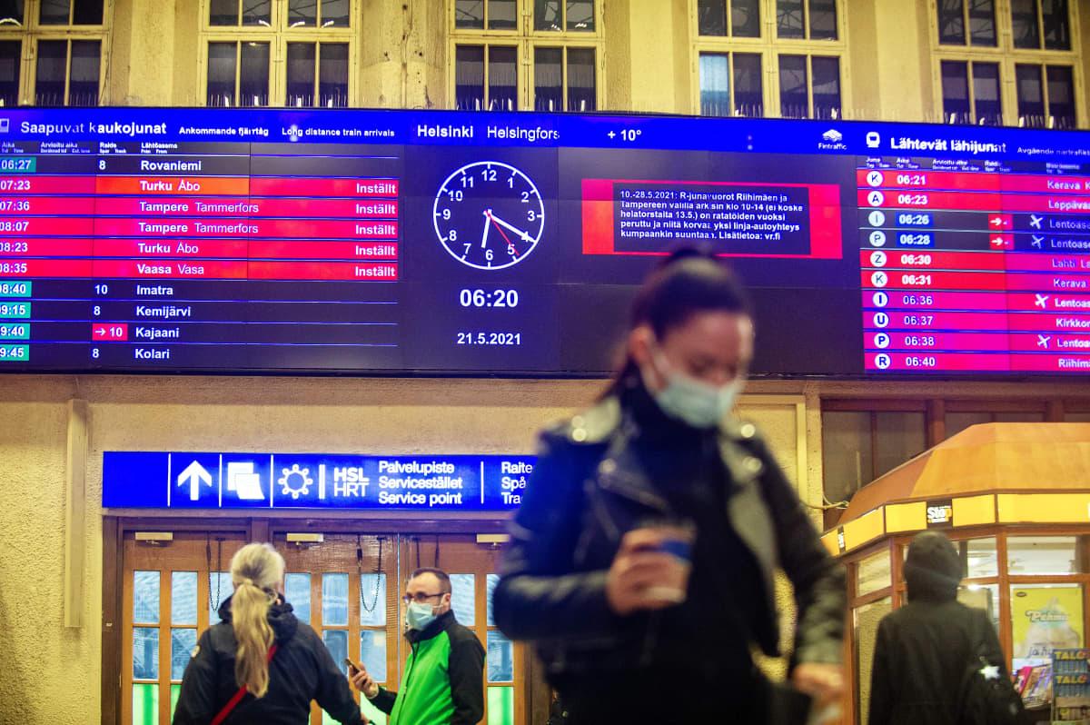Ihmisiä Helsingin päärautatieasemalla 21. toukokuuta 2021.