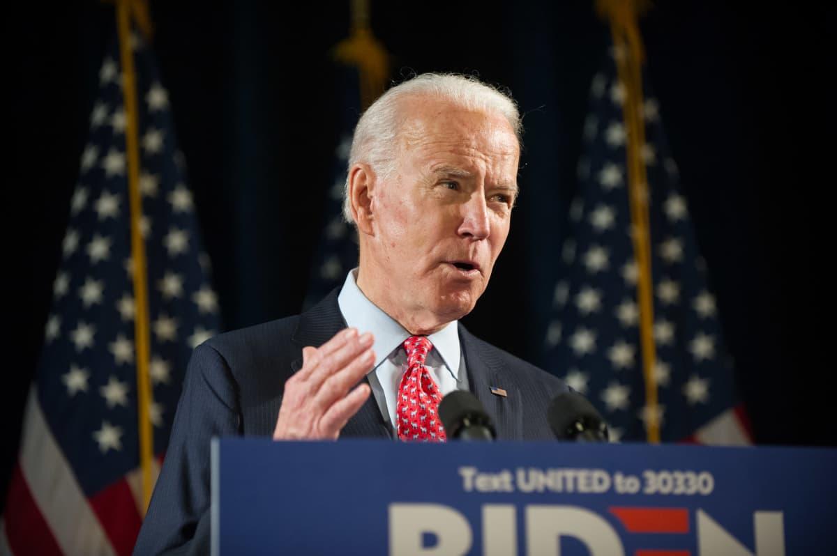 Joe Biden puhujanpöntössä