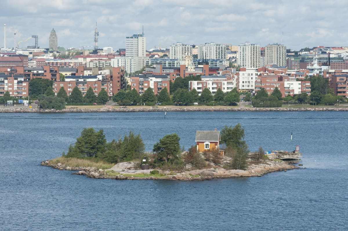 Katajanokanluoto on pieni kivinen saari aivan Helsingin kantakaupungin edustalla.