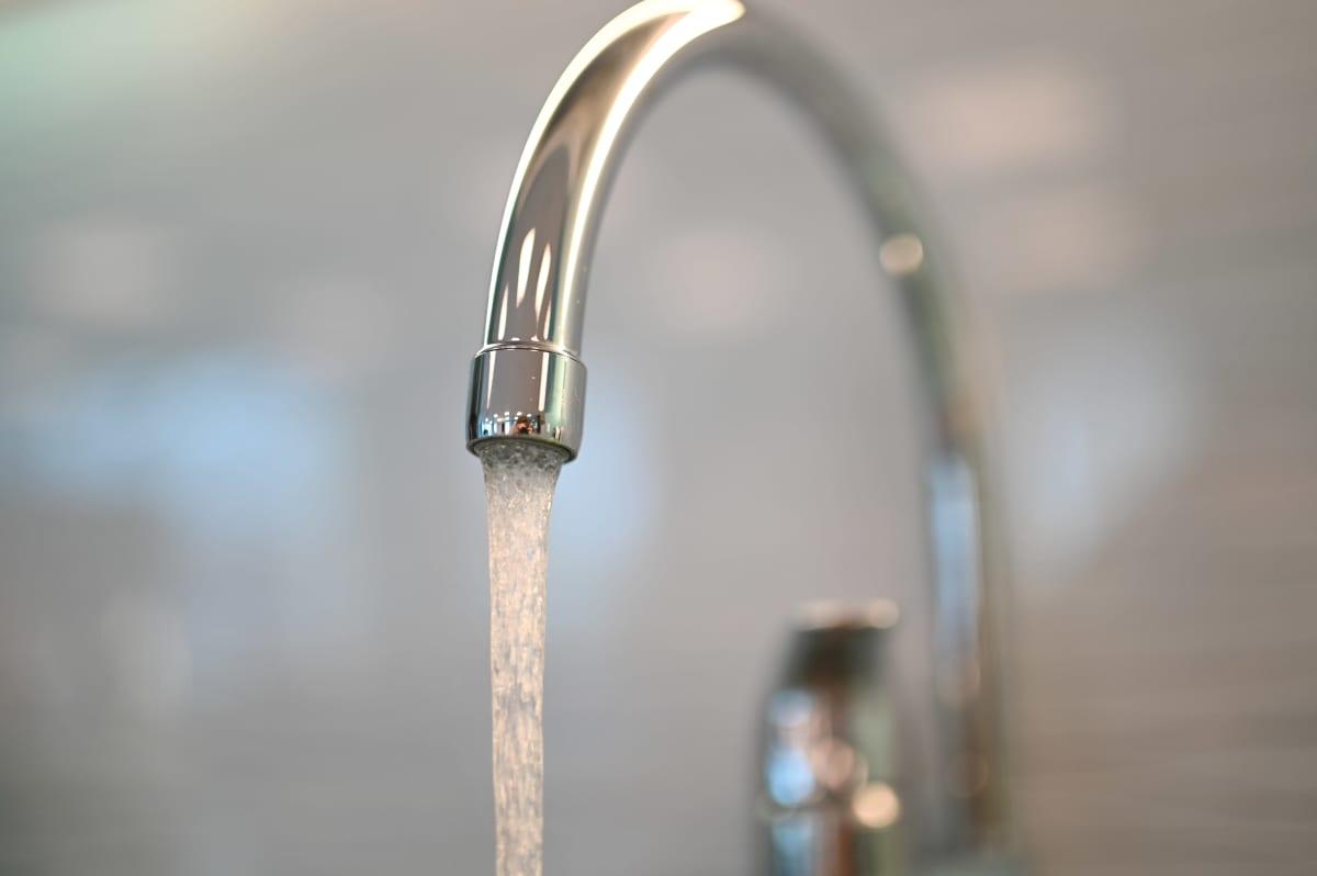 Vettä juoksutetaan hanasta.