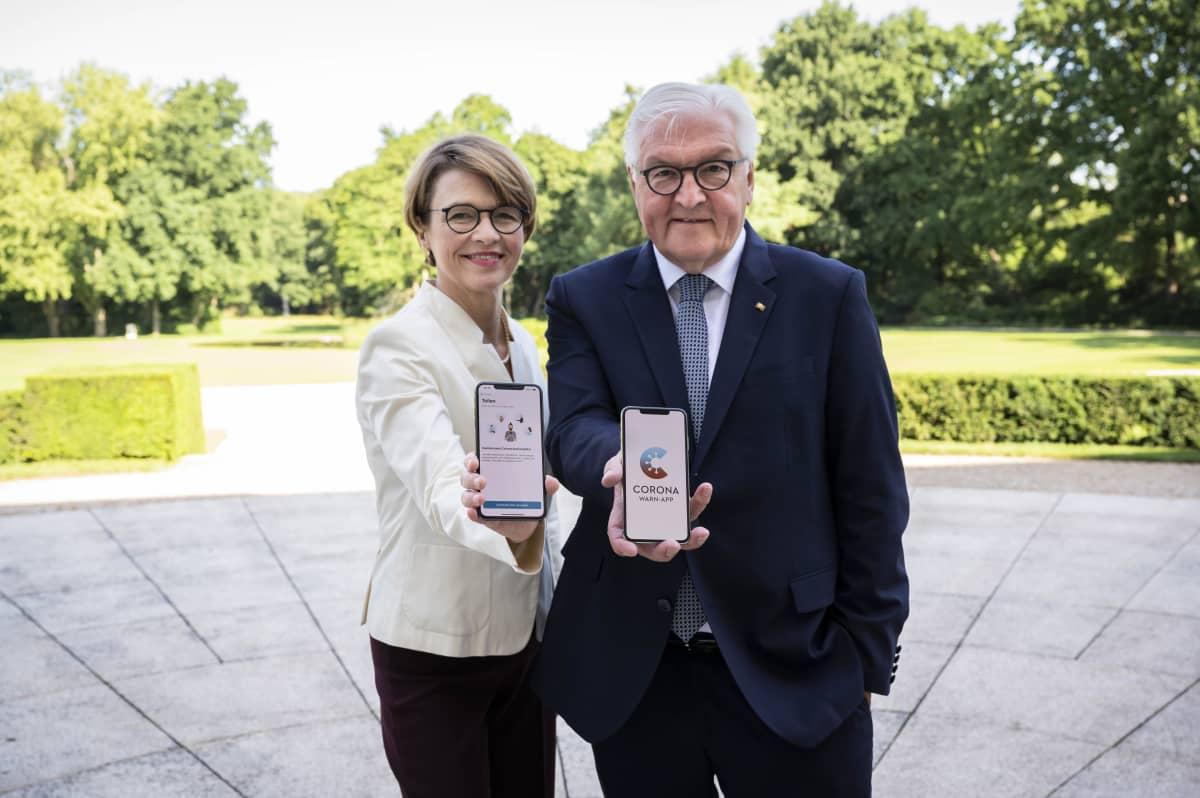 Saksan presidentti Frank-Walter Steinmeier markkinoi vaimonsa, Elke Büdenbenderin kanssa tiistaina uutta koronavaroitussovellusta.