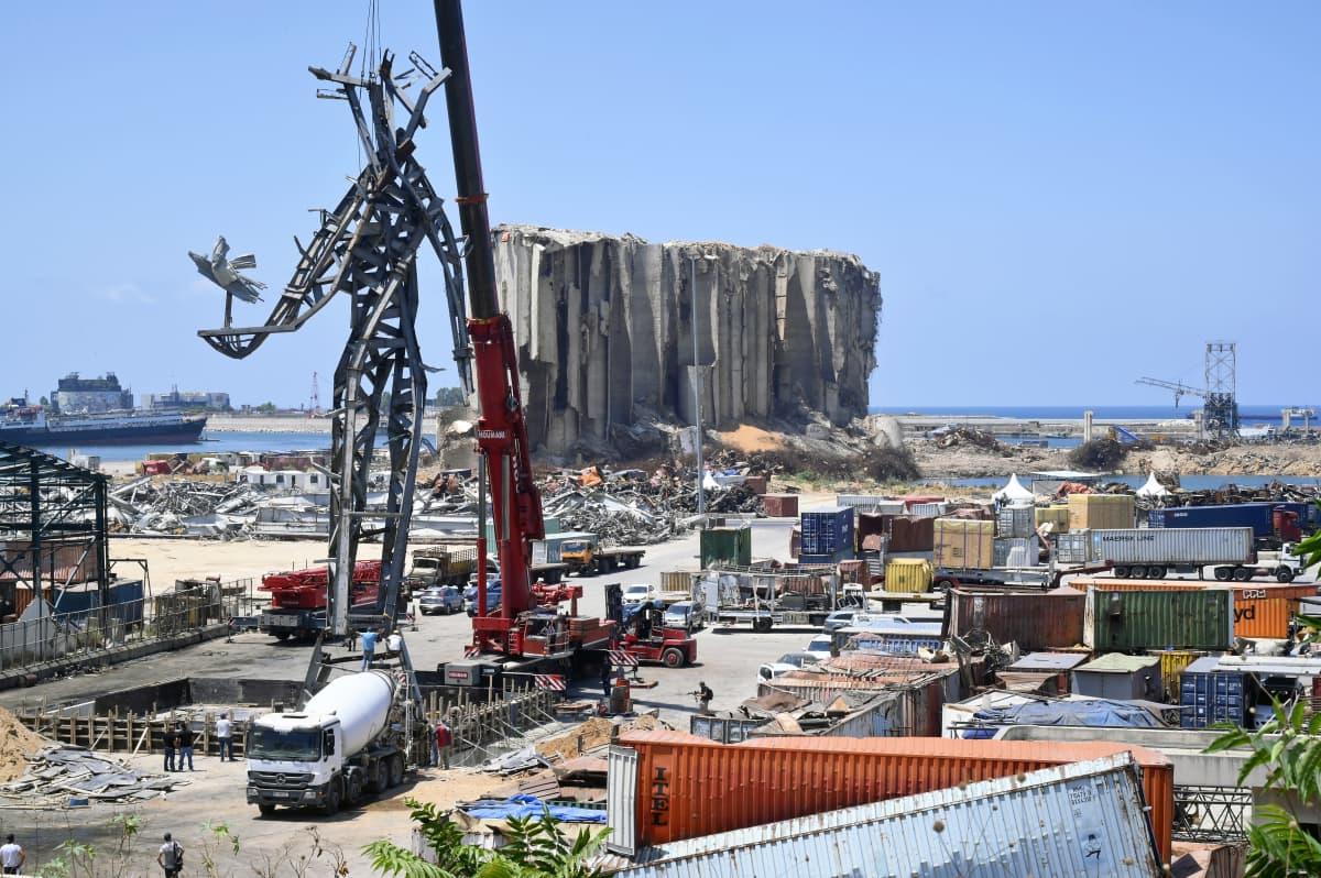 Työntekijät pystyttävät muistomerkkiä Beirutin satamassa.