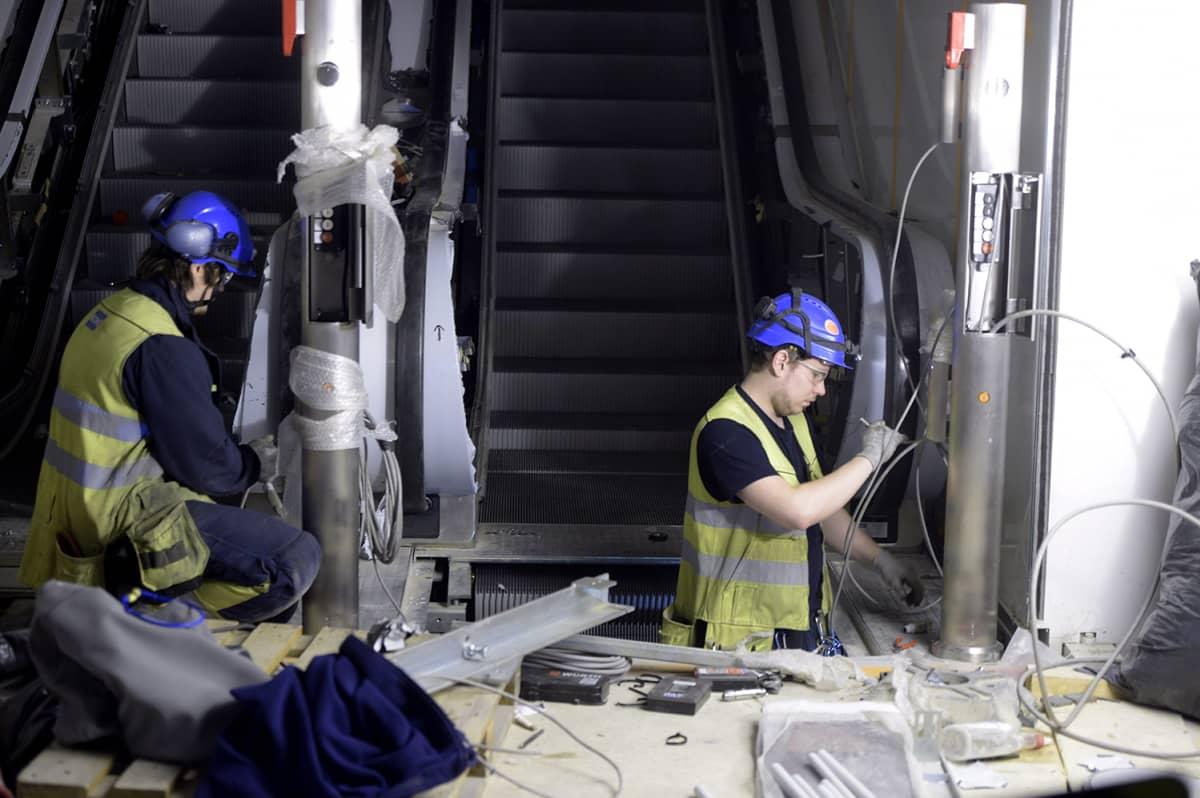 Koneen rullaportaita asennettiin Tapiolan metroasemalle Espoossa 18. helmikuuta 2016.