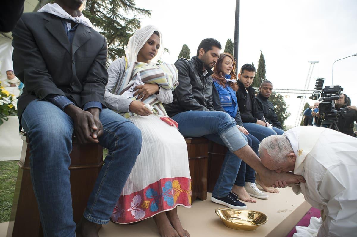 Paavi polvistui eri uskontoja edustavien pakolaisten edessä, kaatoi pyhitettyä vettä messinkikannusta heidän jaloilleen, kuivasi ne ja lopuksi suuteli jalkoja.