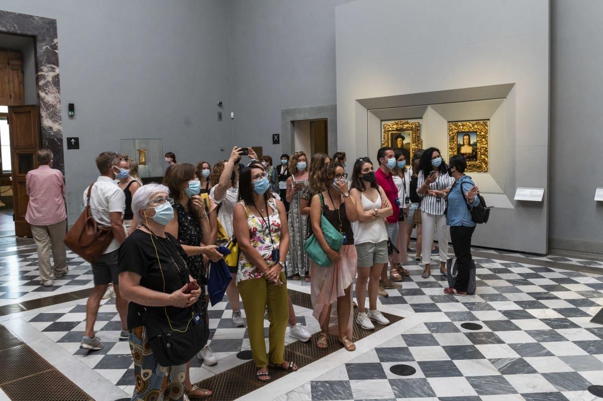 Turisteja katsomassa taidetta Uffizin galleriassa Firenzessä, Italiassa.
