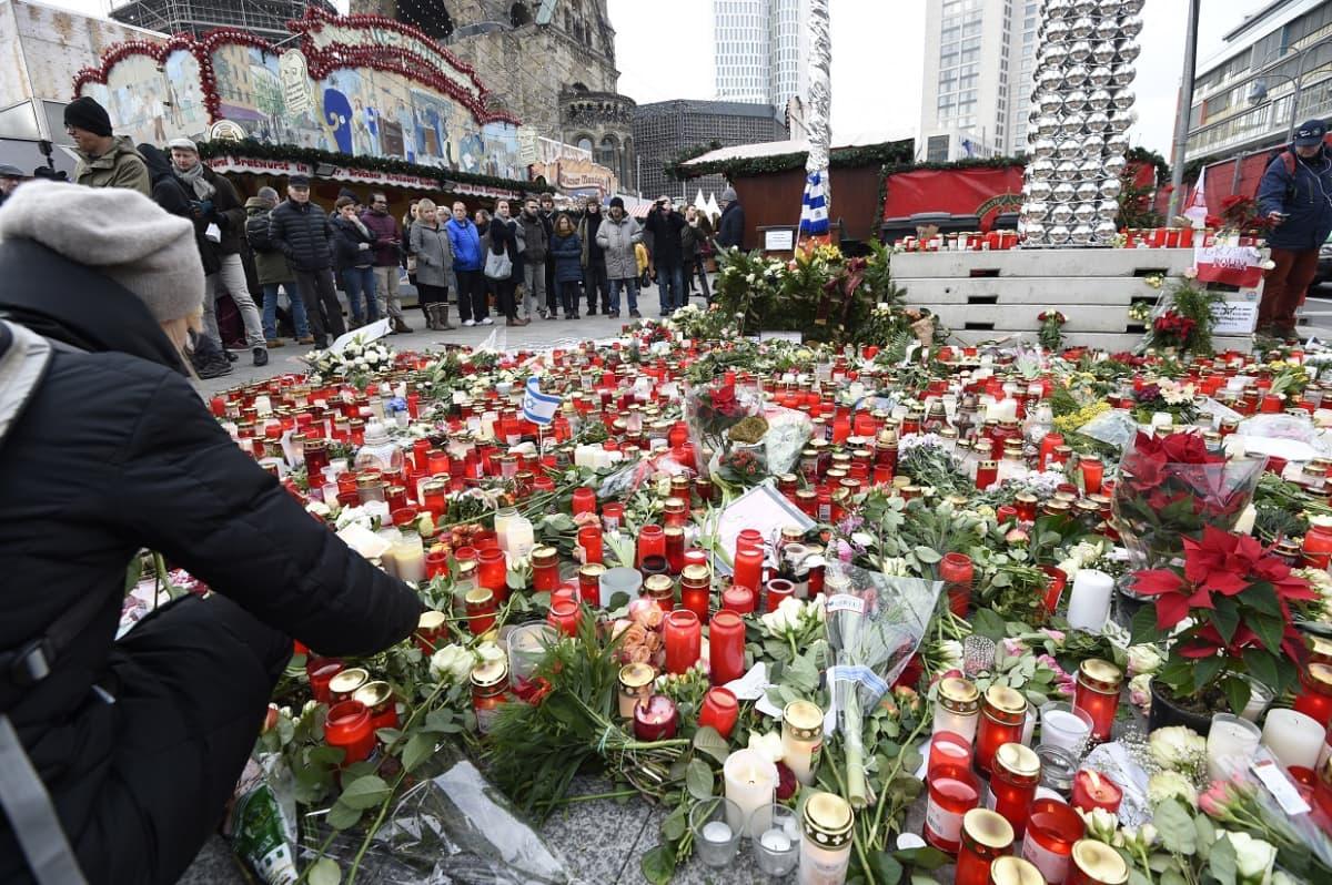 Kukkia ja kynttiläitä Berliinin Breitscheidplatzilla 22. joulukuuta.