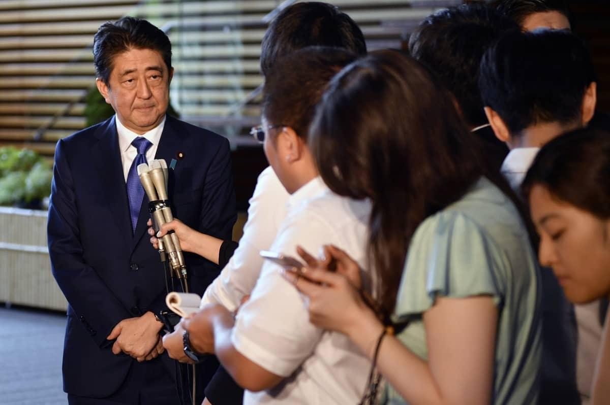 Pääministeri Shinzo Abe mikronit nenänsä edessä.