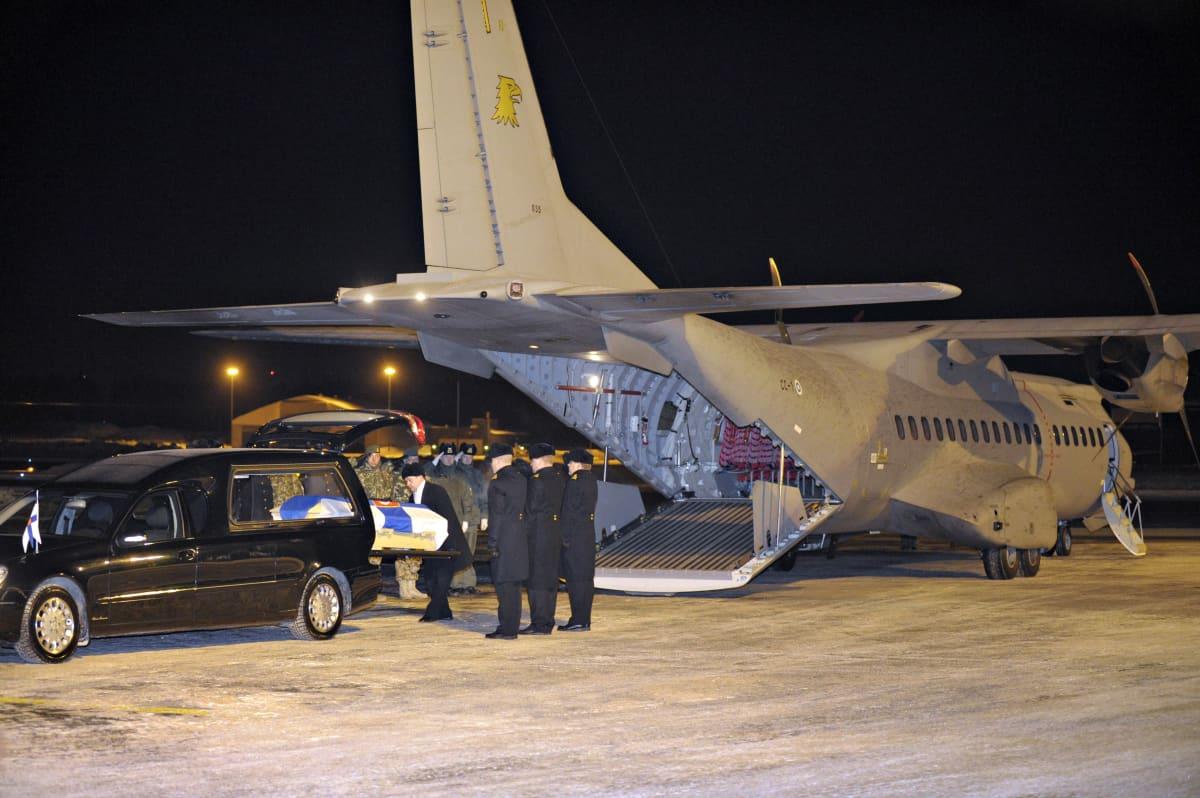 Afganistanissa kuolleen yliluutnantti Jukka Kansosen Suomen valtiolipulla peitetty arkku otettiin lentokentällä vastaan sotilaallisin kunnianosoituksin Helsinki-Vantaan lentoasemalla 17. helmikuuta 2011.