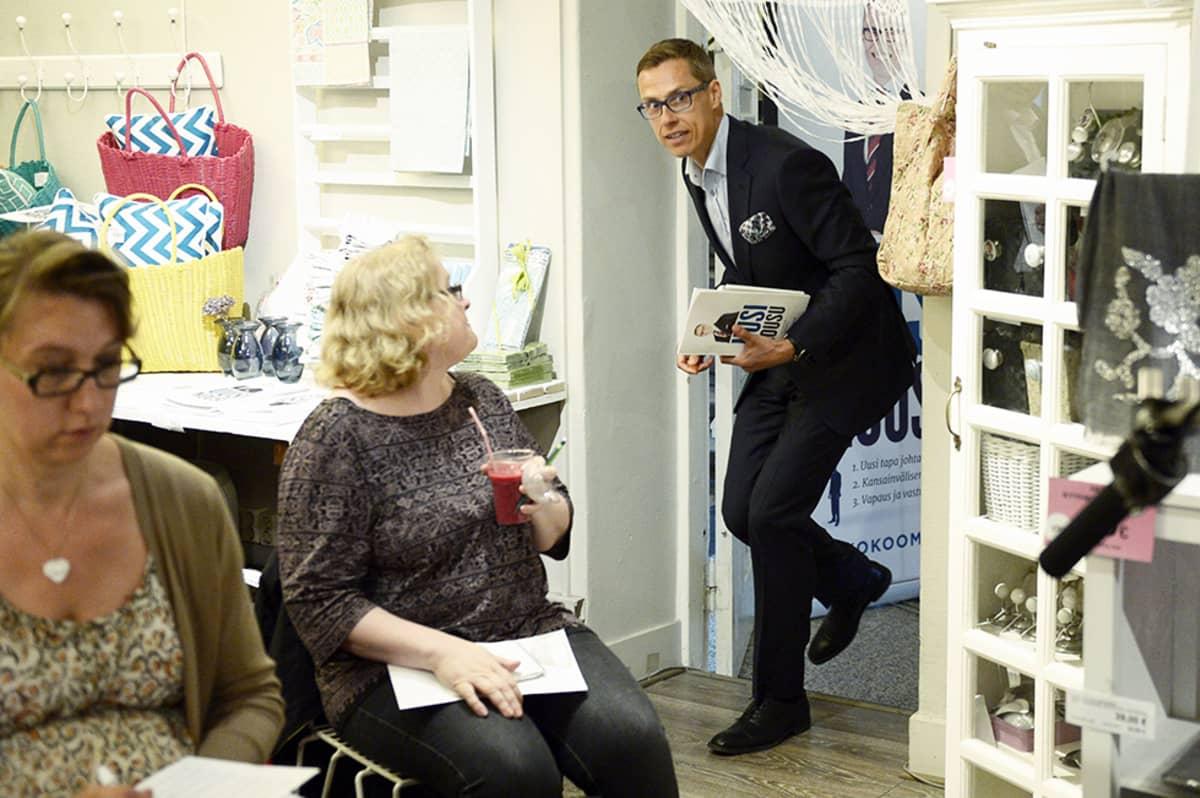 Alexander Stubb saapumassa lehdistötilaisuuteensa Helsingissä tiistaina 27. toukokuuta.