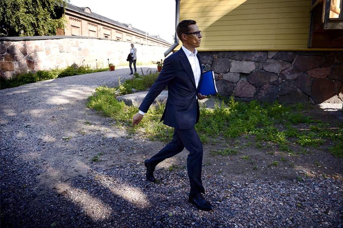 Pääministeri Alexander Stubb kävelemässä Lonnan saarella Helsingissä perjantaina 22. elokuuta.