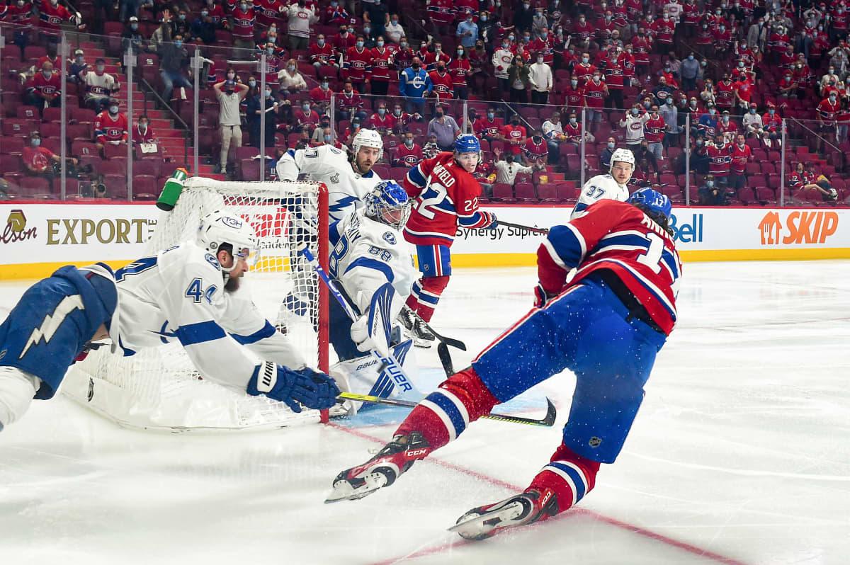 Montrealin Josh Anderson viimeistelee voittomaalin NHL:n neljännessä finaalissa Tampa Bayta vastaan.