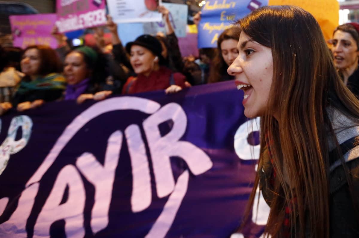 Joukko naisia osoitti mieltään Turkin kansanäänestyksen alla Istanbulissa.
