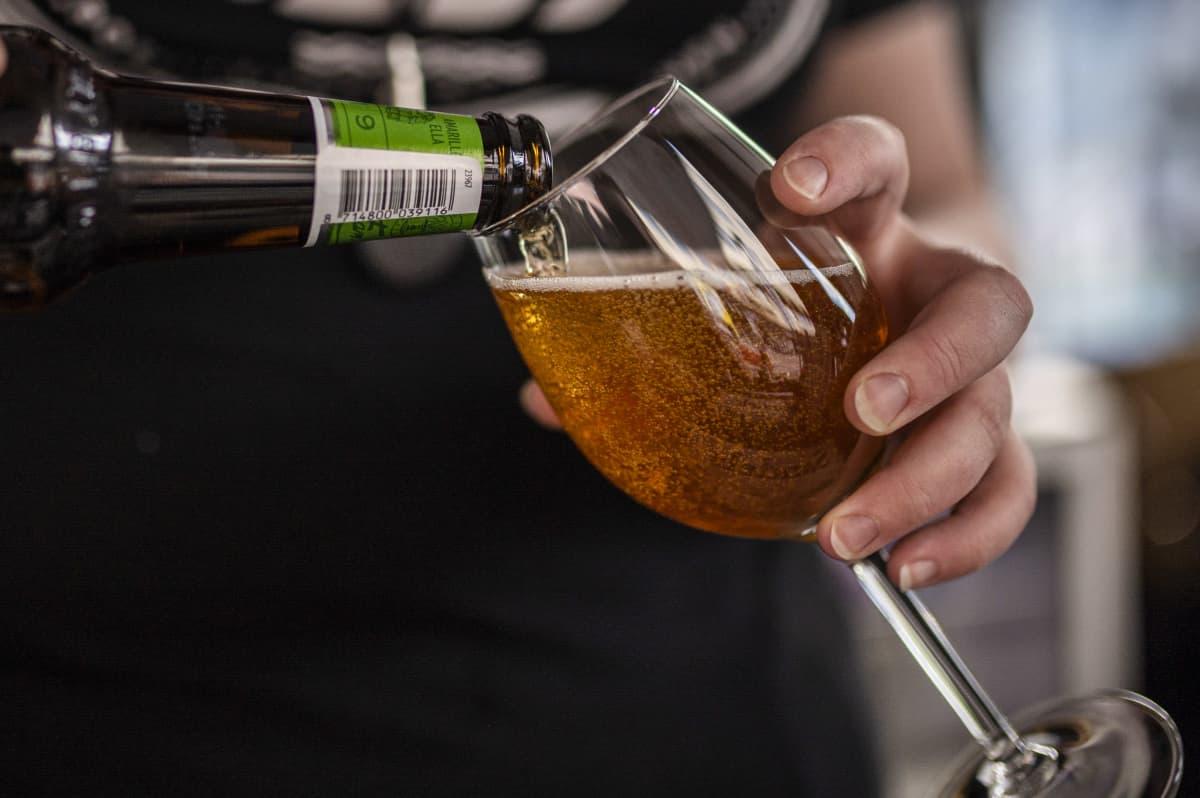 Olutta kaadetaan lasiin ravintolassa.