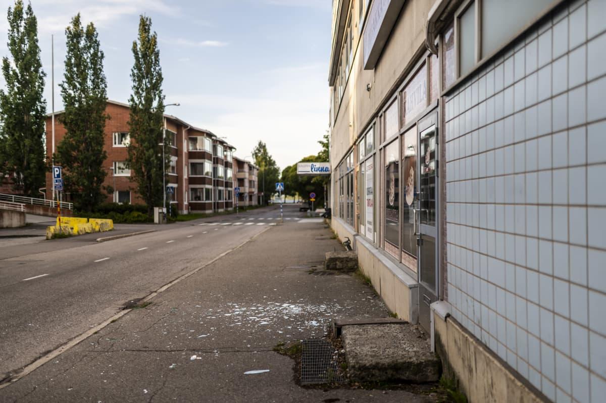 Jethro Rostedtiinkin yhdistetty kauppakeskus Kauppalinna rapistuu Savonlinnan keskellä ilkivallan vuoksi.