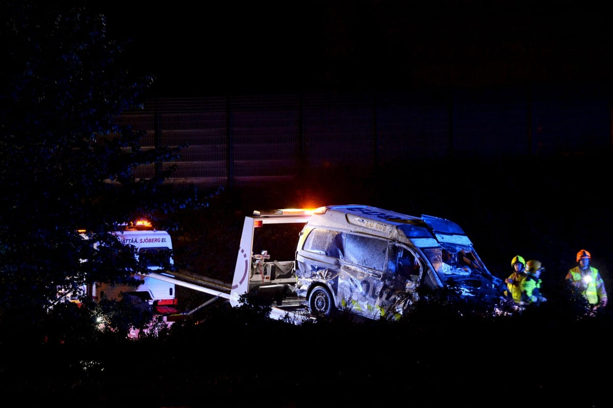 Takaa-ajon yhteydessä tieltä suistuneen poliisiauton raivaustöitä Kehä III:llä Espoossa myöhään illalla 5. syyskuuta 2020. Kaksi poliisia loukkaantui.