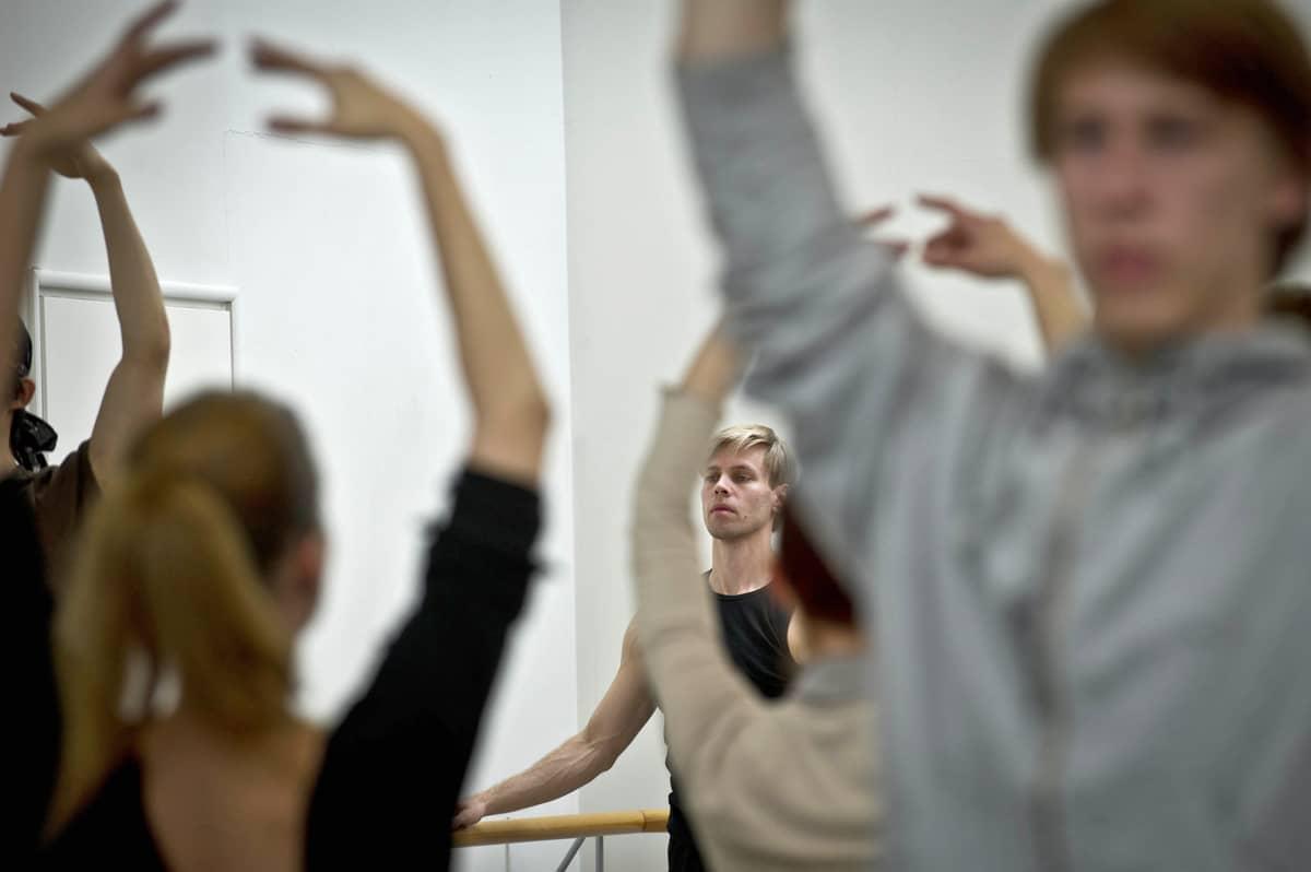 Kansallisbaletti harjoittelee ennen Turkuun lähtöä Oopperatalossa Helsingissä 26. toukokuuta 2011.