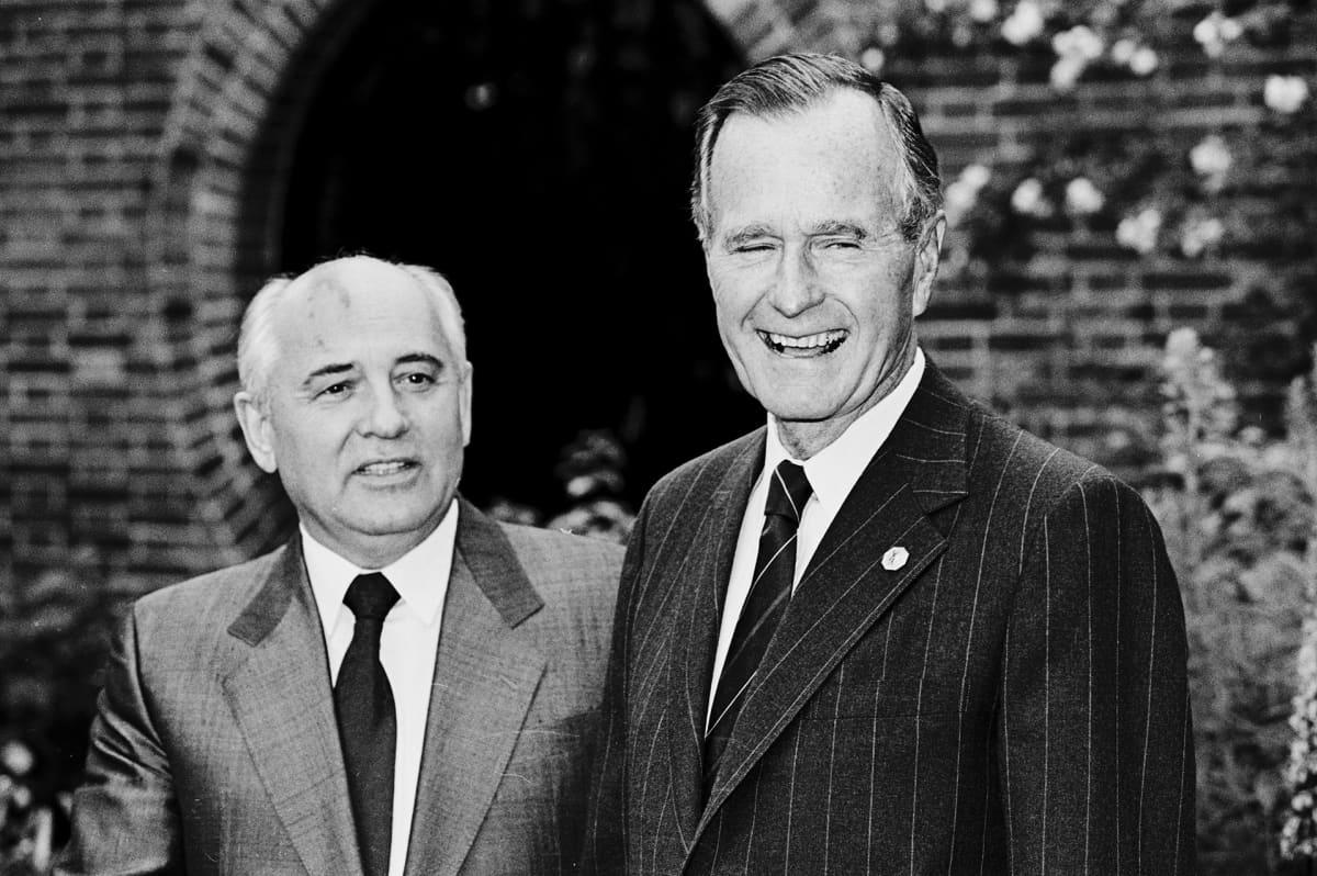Mikhail Gorbachev ja George Bush kuvattuna G7-kokouksessa Lontoossa vuonna 1991.