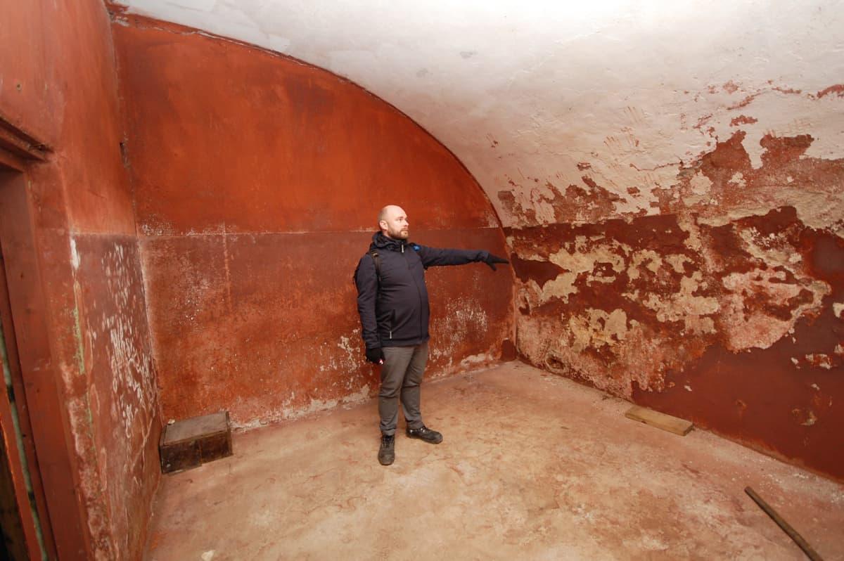 Viron historiallisen muistin instituutin tutkija ja kuraattori Martin Andreller esittelee Patarein teloitushuonetta.