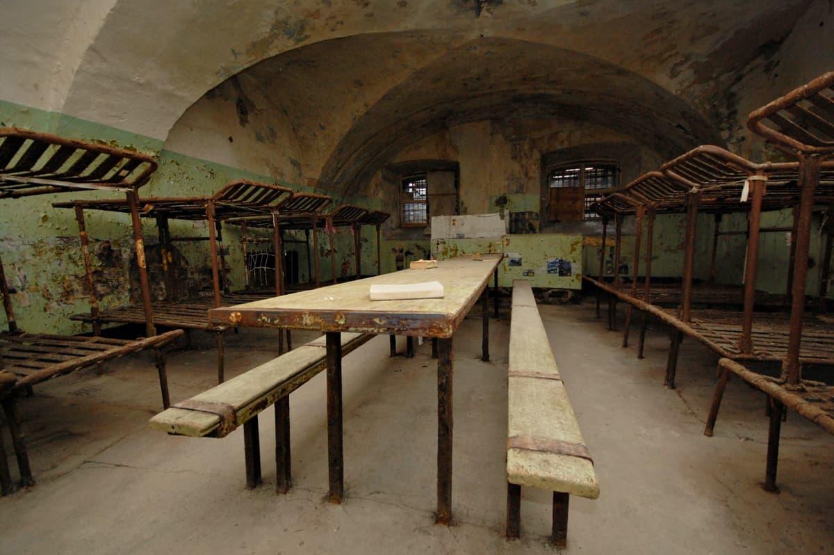 Patarein selleissä museovieraat saavat tuntumaa vankien arkeen.
