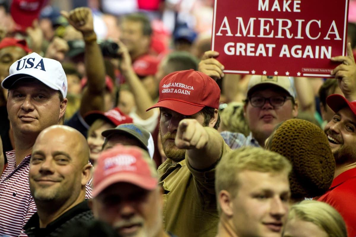 Presidentti Trumpin kannattajat pitävät esillä Make America Great Again -kylttiä Mississippissä pidetyssä puhetilaisuudessa.