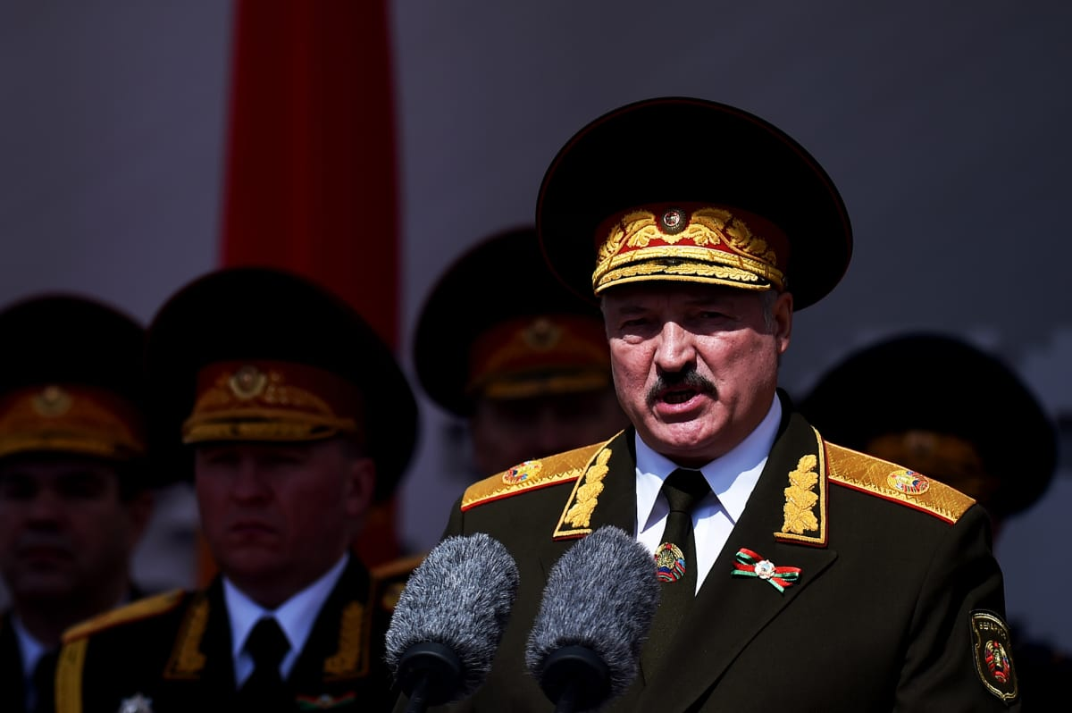 Valko-Venäjän presidentti Aljaksandr Lukašenka voitonpäivän paraatissa Minskissä 9. toukokuuta.