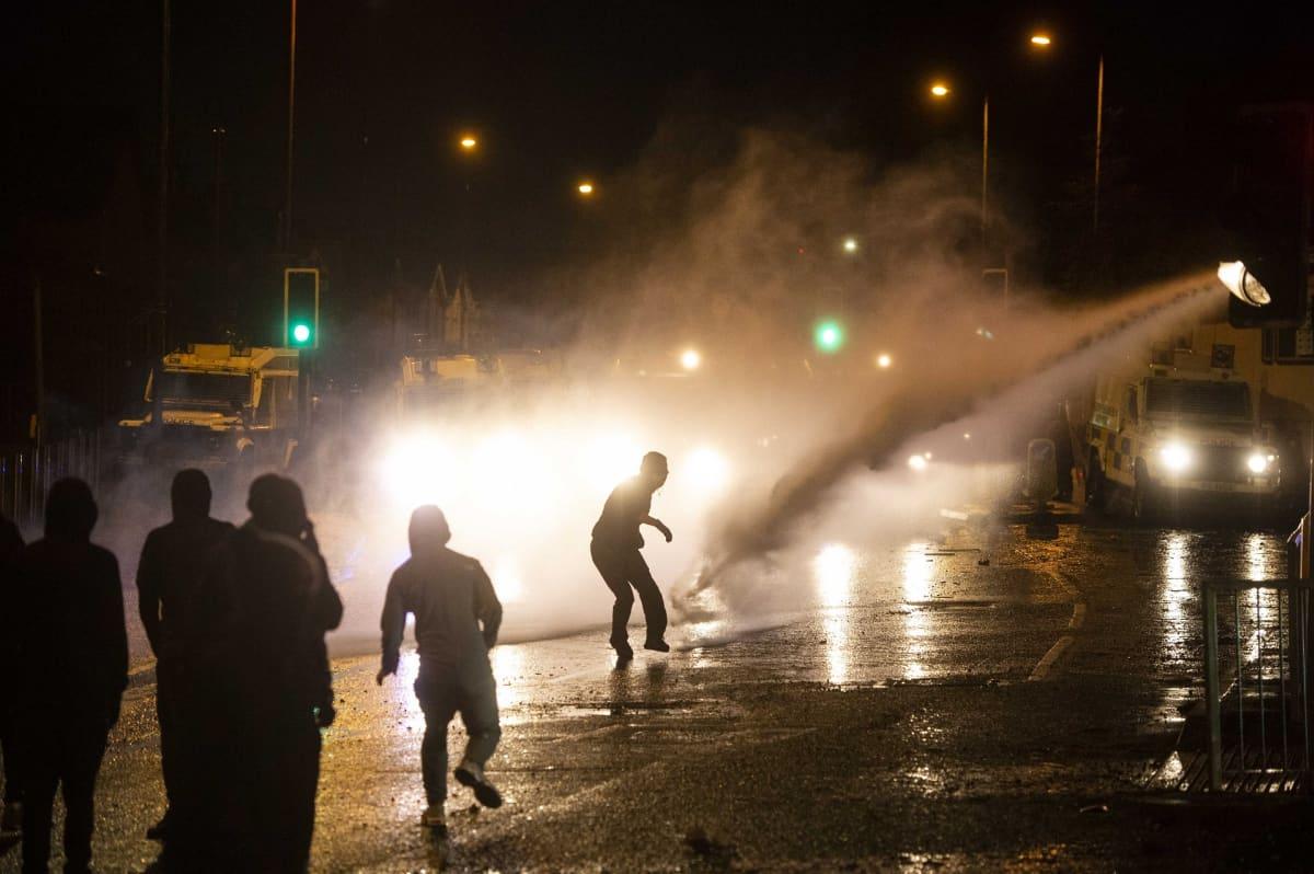 Kansallismieliset nuoret kahakoivat poliisin kanssa Länsi-Belfastissa.