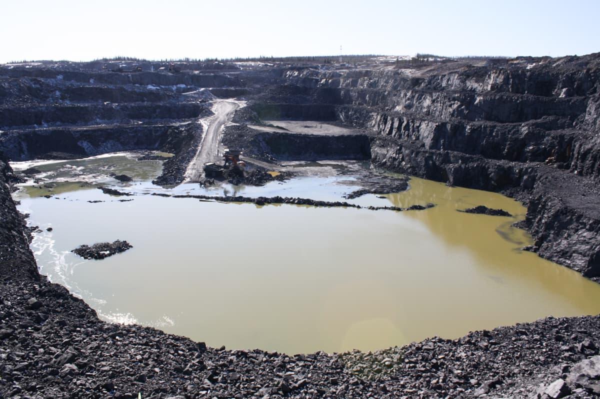 Terrafame Oy:n Talvivaaran kaivoksen pohjoinen louhos huhtikuussa 2016.