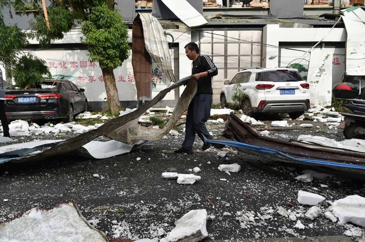 Voimakas tuuli teki tuhoa Shengzen kaupungissa Jiangsun maakunnassa Kiinassa 15. toukokuuta 2021. Ainakin yksi ihminen kuoli ja yli 20 loukkaantui. Toinen tornado tappoi kuusi ihmistä Wuhanissa.