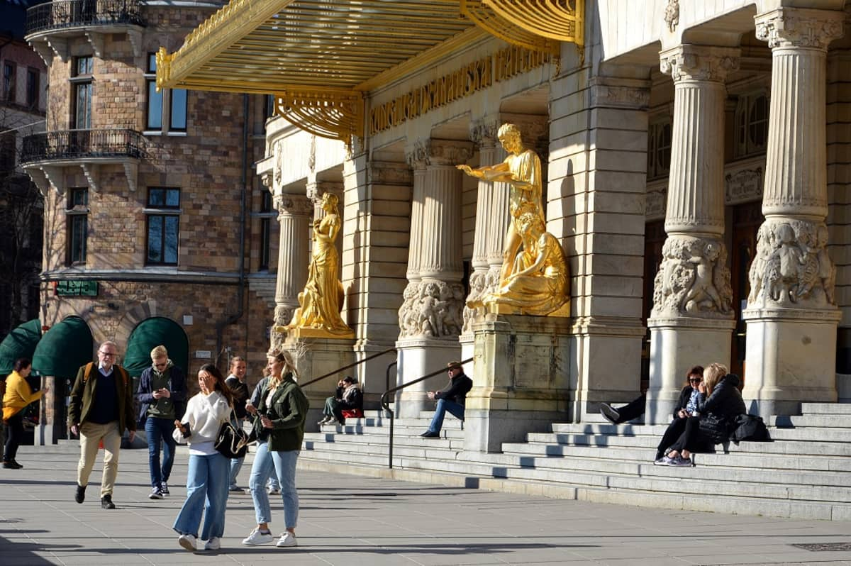 Ihmisiä istuu Dramatenin portailla.
