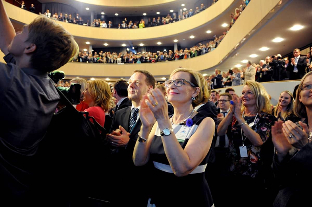 Jan Vapaavuori ja Paula Risikko osoittavat suosiotaan.