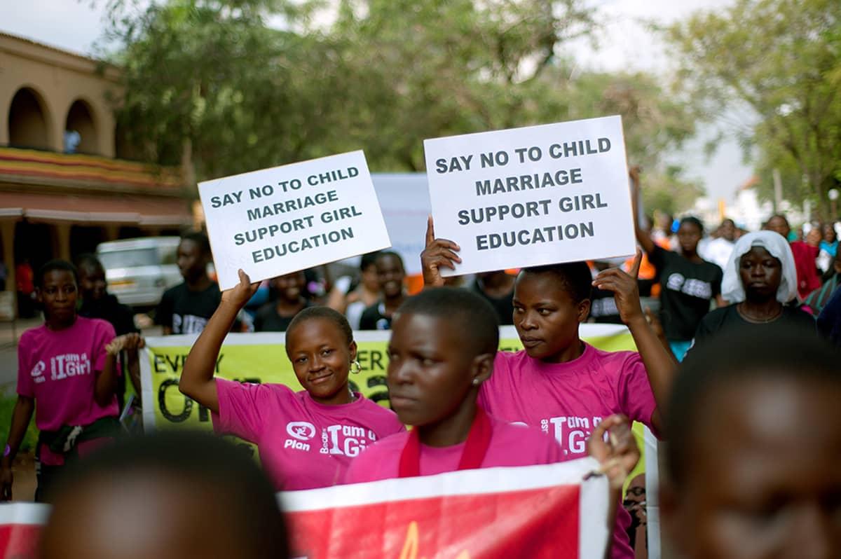 Ugandalaiset koululaiset kampanjoivat lapsiavioliittoa vastaan kansainvälisenä tyttöjen päivänä.