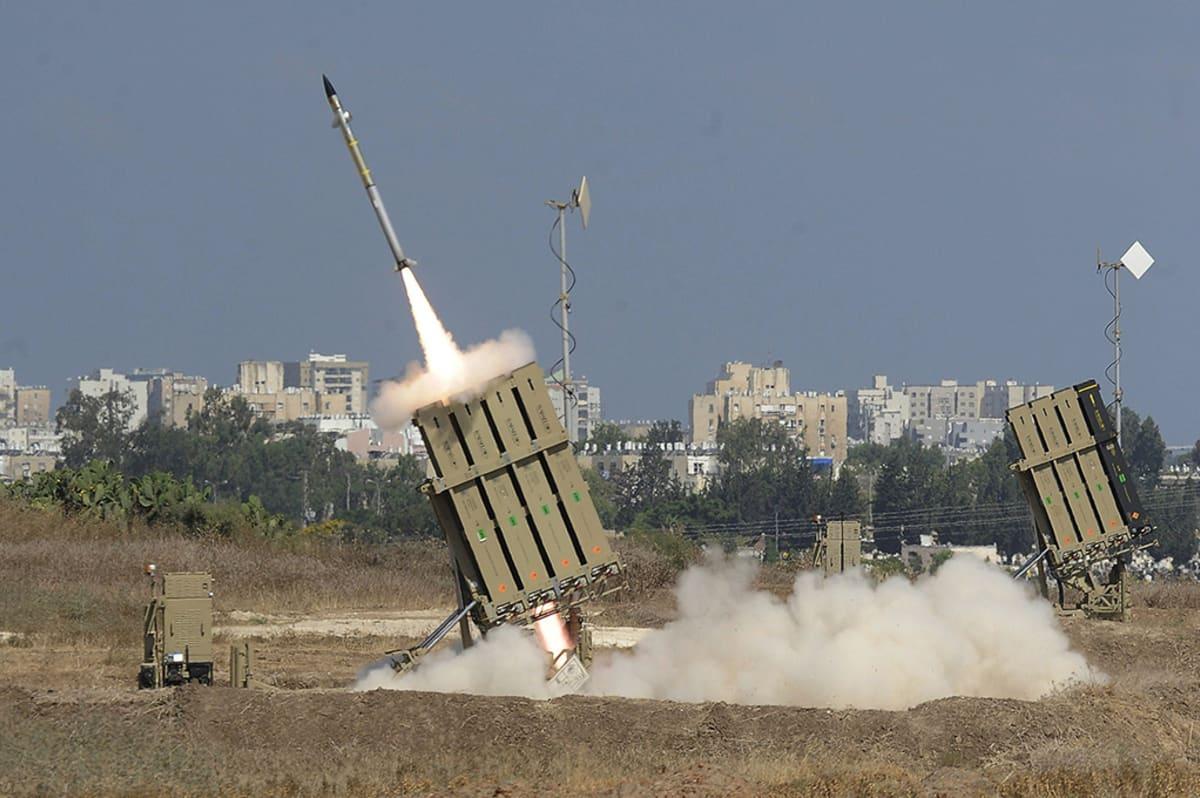 Israel käytti Iron Dome SRM -järjestelmää ampuessaan Gazaa kohti israelilaisesta Ashdodin kaupungista 9. heinäkuuta 2014.