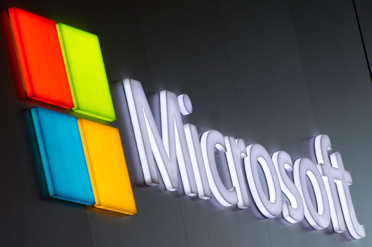 Microsoftin logo seinällä.