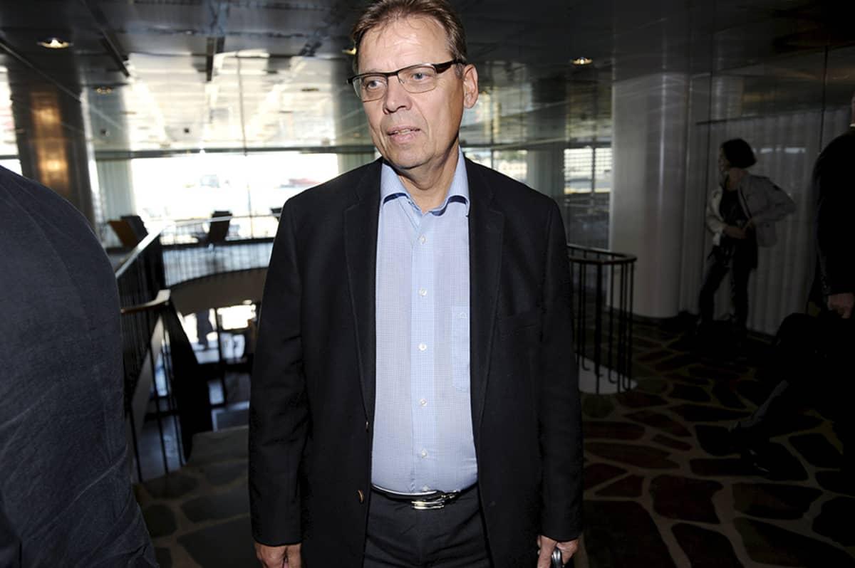 SAK:n puheenjohtaja Lauri Lyly saapumassa eläkeneuvotteluihin Etelärantaan 8. syyskuuta.
