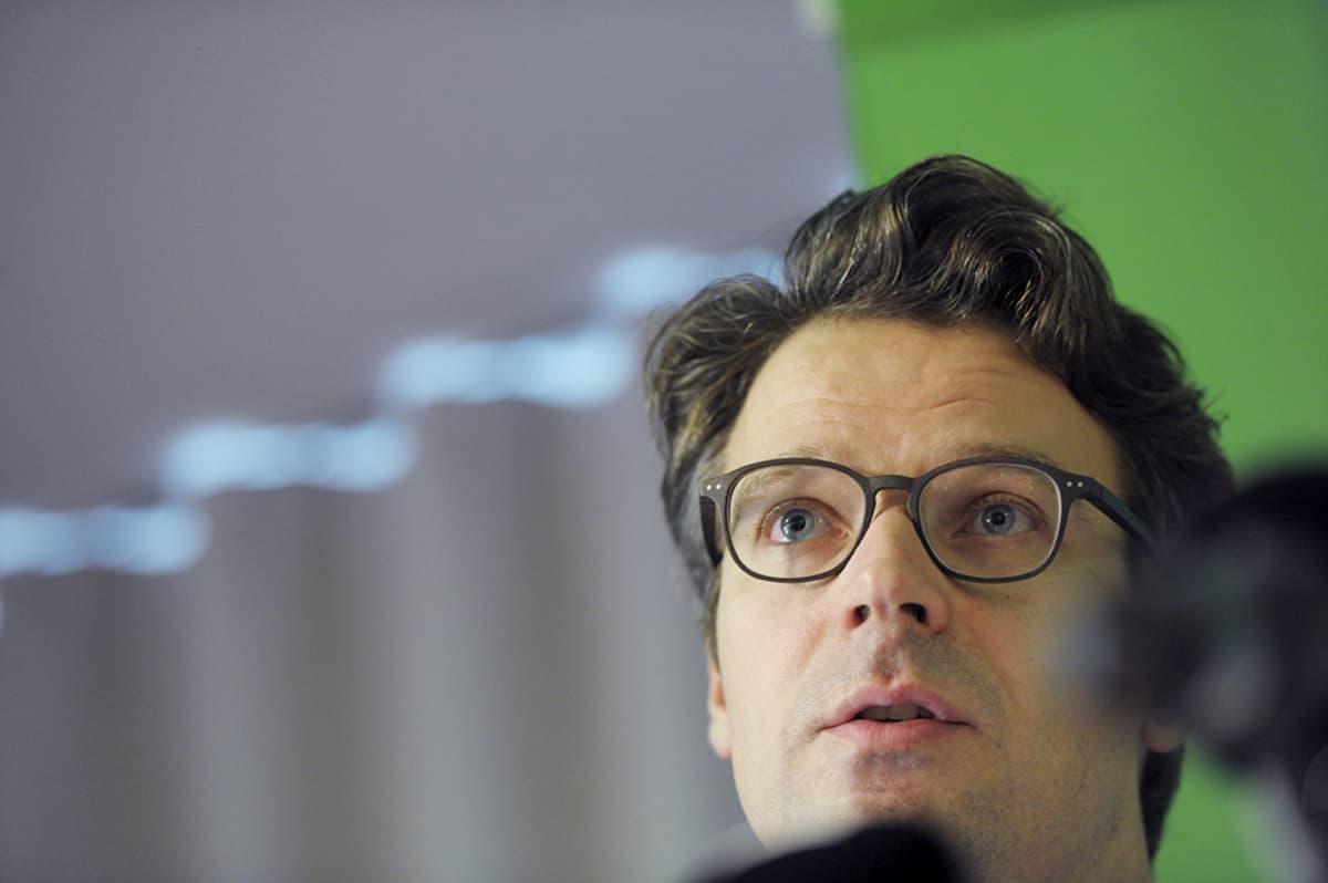 Vihreiden puheenjohtaja ja ympäristöministeri Ville Niinistö tiedotustilaisuudessa Cafe Pirittassa maanantaina.