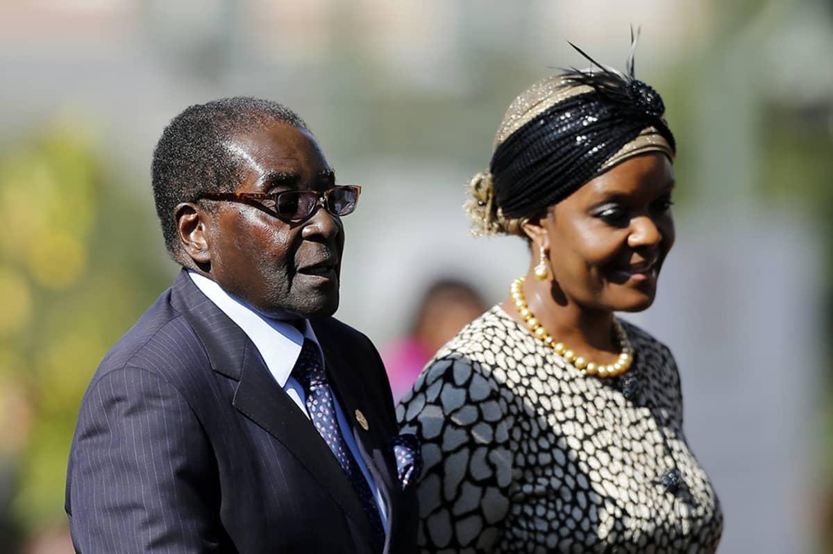 Zimbabwen hallitsija Robert Mugabe ja vaimonsa Grace vierailulla Etelä-Afrikan presidentin Jacob Zuman virkaan astujaisissa Pretoriassa toukokuussa 2014.