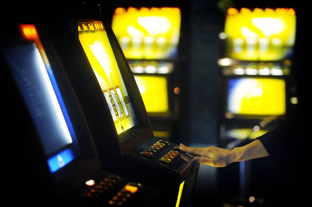 Pelaaja yrittää voittaa rahaa Raha-automaattiyhdistyksen RAY:n peliautomaatista Täyspotti -pelisalissa Helsingissä 20. lokakuuta 2009.