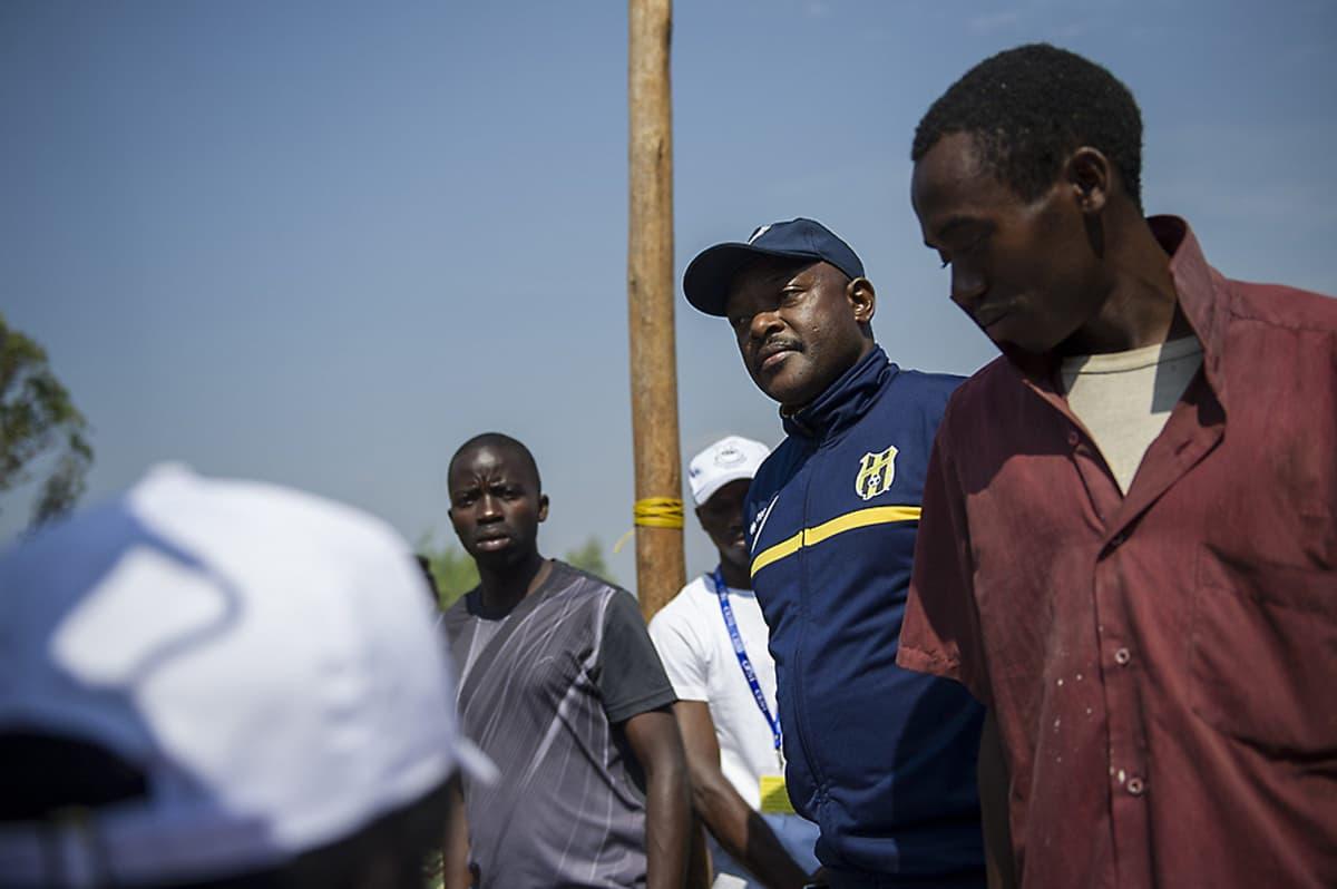 Pierre Nkurunziza esiintyi äänestyspäivänä kuin kansanmiehenä sinisessä jalkapallotakissaan.
