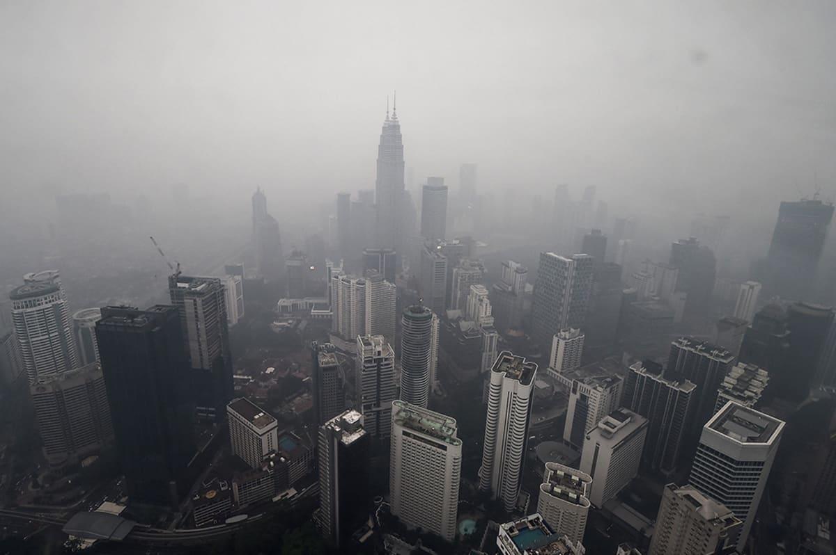 Petronas Twin Towers -pilvenpiirtäjät savusumun peitossa Kuala Lumpurissa Malesiassa 13. syyskuuta 2015.