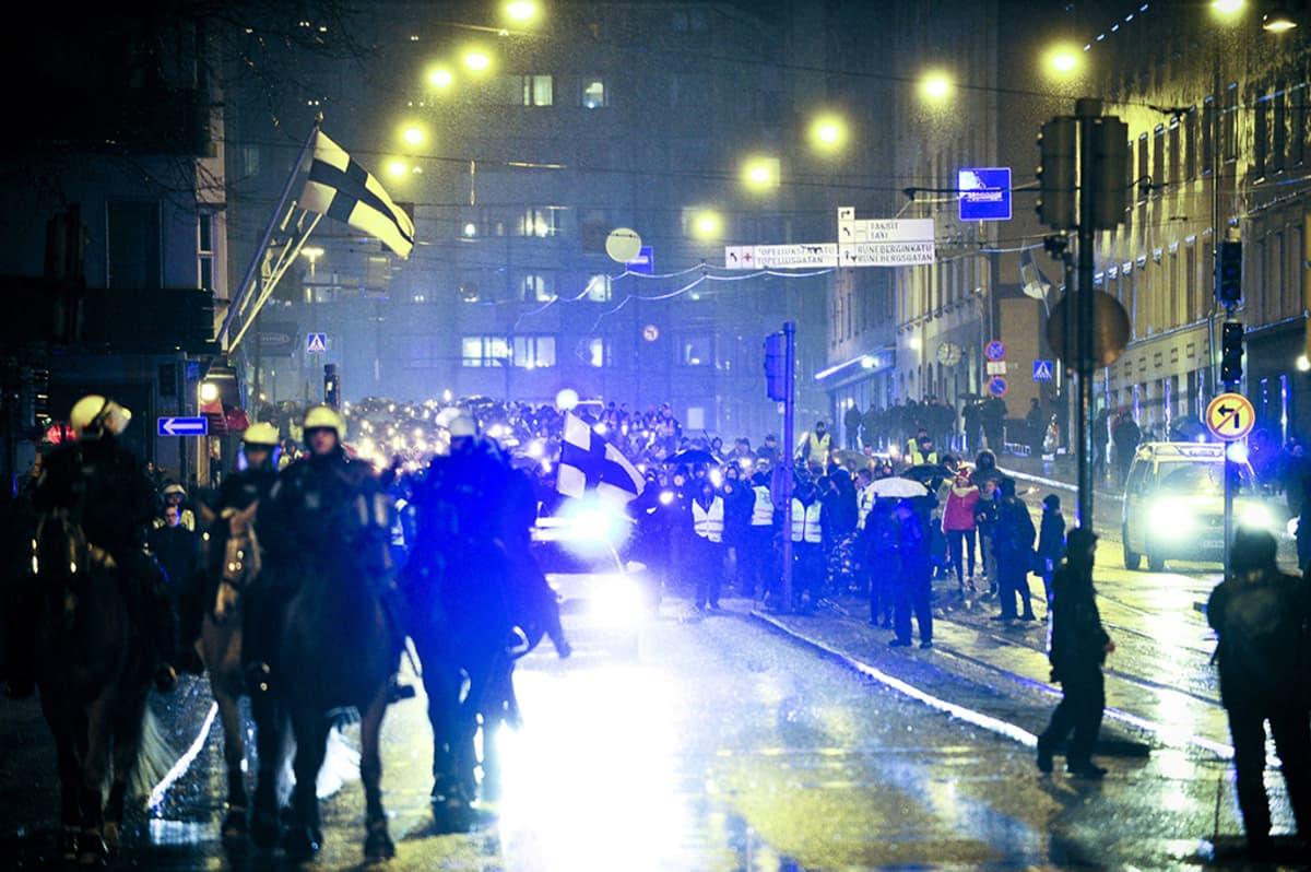 Mielenosoituksissa otettiin kiinni runsaat 130 ihmistä.