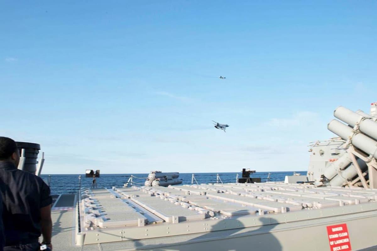 laiva merellä, lentokoneita