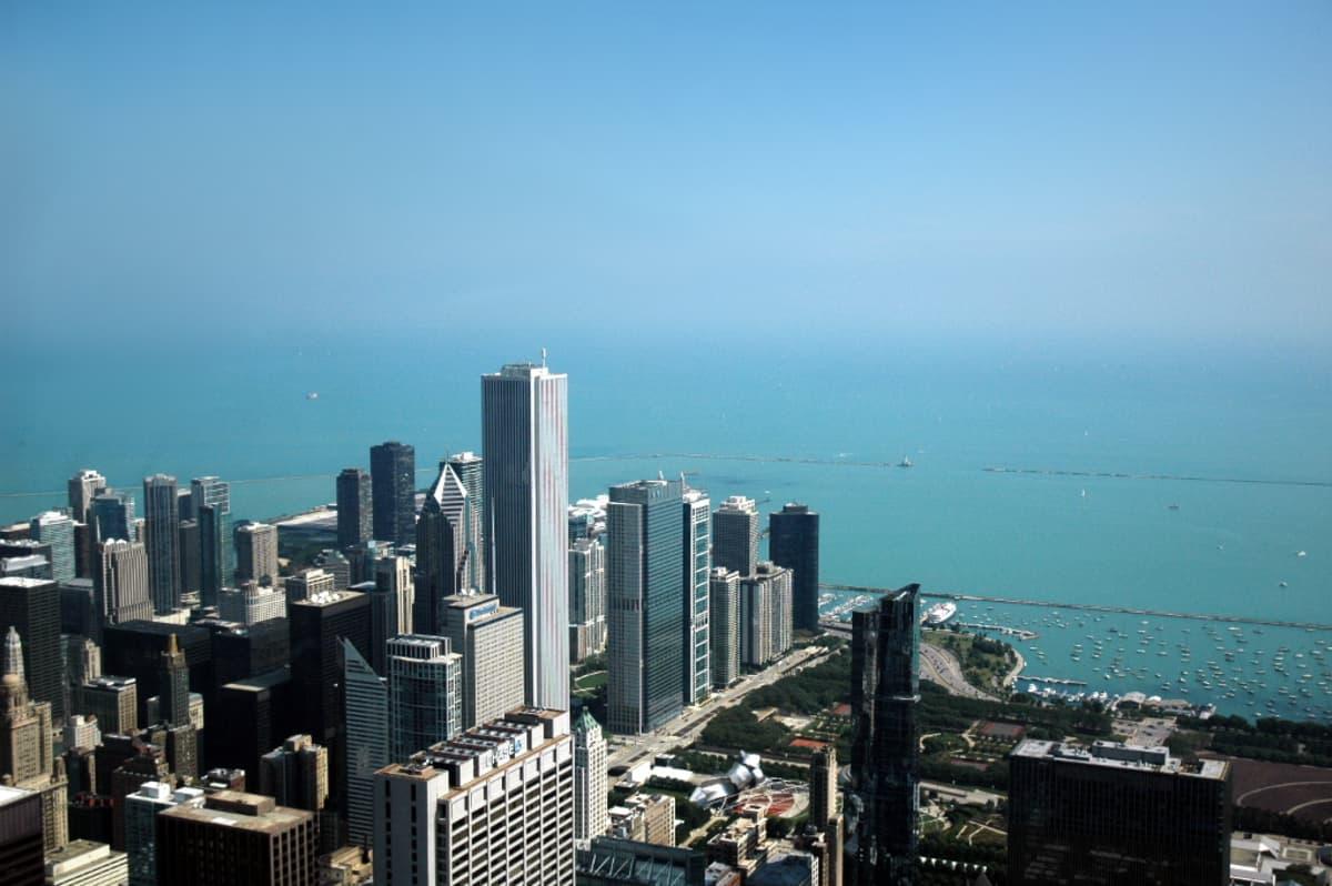 Chicagon pilvenpiirtäjäkeskustaa turkoosina kimmeltävän Michiganjärven rannalla.