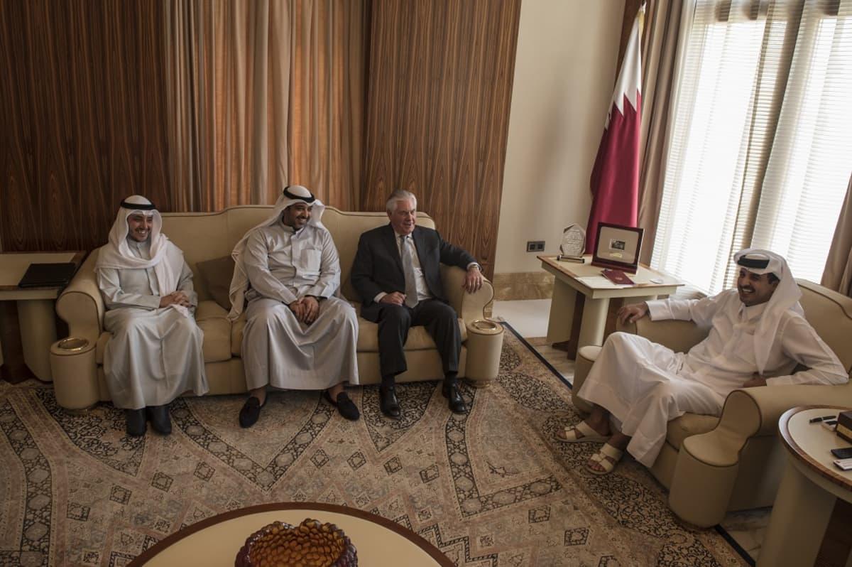 Yhdysvaltain ulkoministeri Rex Tillerson (kolmas vasemmalta) kokouksessa Qatarin emiirin sheikki Tamim bin Hamad Al Thani (oikealla) kanssa Sea Palacessa Dohassa Qatarissa 13. heinäkuuta 2017.