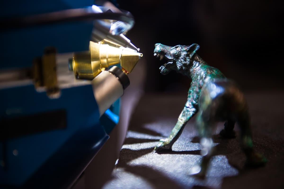 Louvren museon uudella hiukkaskiihdyttimellä tutkittiin antiikin Rooman ajoilta peräisin olevaa veistosta Pariisissa 21.11.2017.