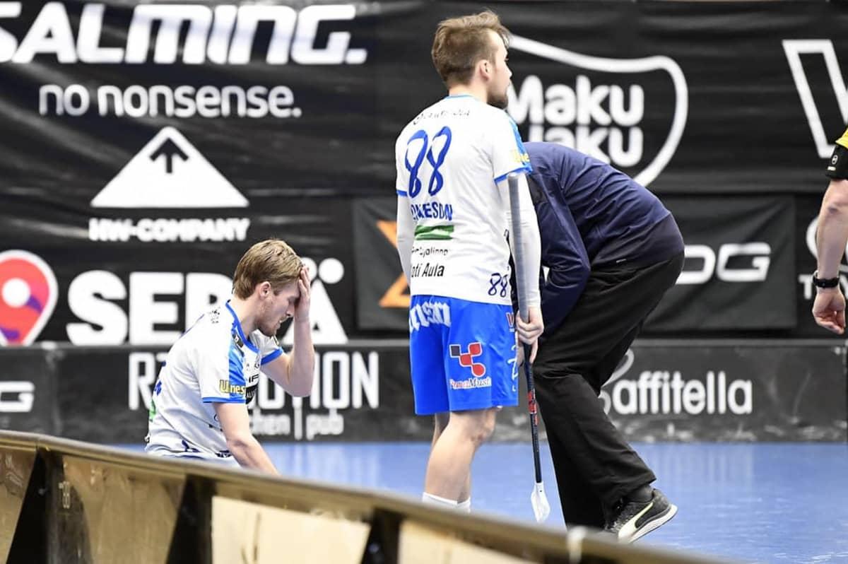 Nokian KrP:n Henri Johansson loukkaantui pudotuspeleissä 2021 ottelussa Happeeta vastaan, kun hän sai osuman päähänsä.