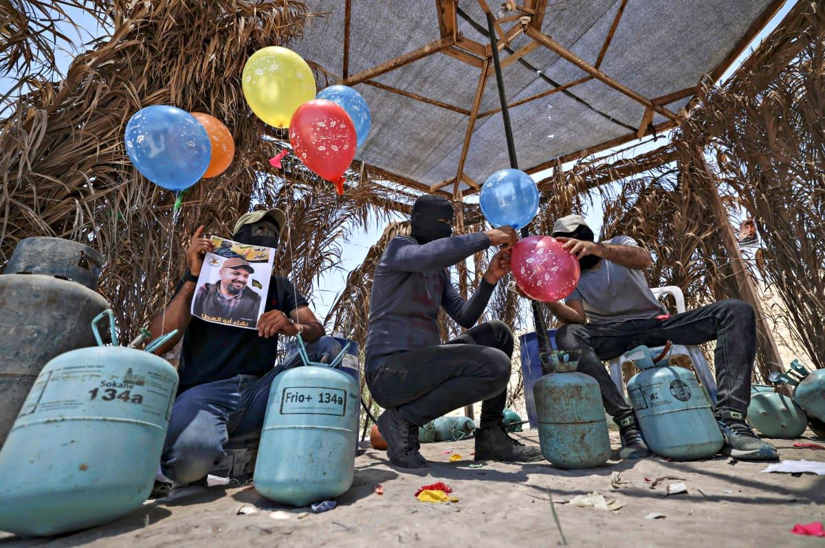 Jihad-liikkeen kannattajat valmistelevat tuhopolttoilmapalloja lähellä Gazaa 15. kesäkuuta 2021.
